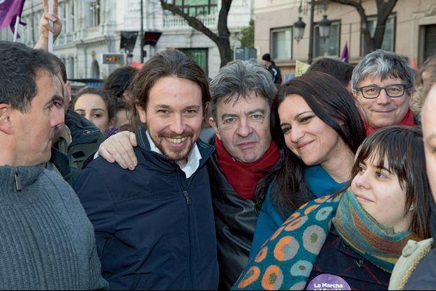 Jean-Luc Mélenchon avec Pablo Iglesias, chef de file de Podemos, et Marisa Matias, députée européenne portugaise, le 31 janvier à Madrid.