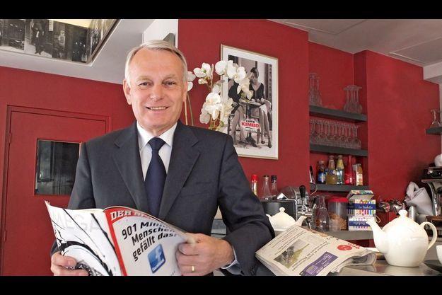 Lundi 14 mai, à 8h30, brasserie Sauret, près de la gare Montparnasse, à Paris. Jean-Marc Ayrault, tout juste arrivé de Nantes, lit l'hebdomadaire allemand « Der Spiegel ».