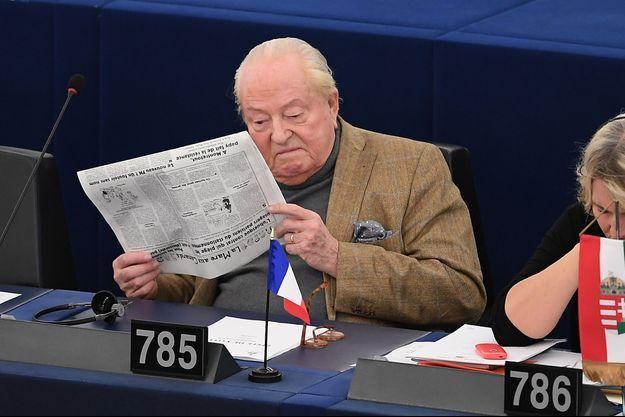 Jean-Marie Le Pen en pleine lecture.