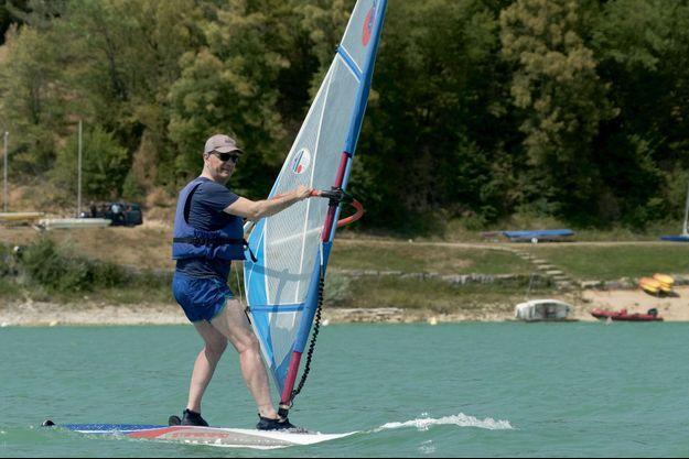 Jean-Michel Blanquer, ou l'art de rester en équilibre lors d'un essai de planche à voile, sur le lac de Vouglans (Jura), dans le cadre d'une visite ministérielle le 7 août.