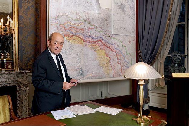 Dans le bureau de Clémenceau, le ministre parcourt le dossier militaire de son grand-père.