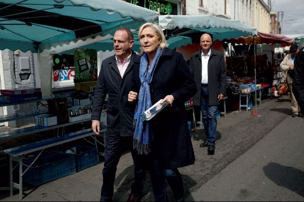 Marine Le Pen et Steeve Briois en campagne à Hénin-Beaumont dans le Pas-de-Calais, le 19 mai.