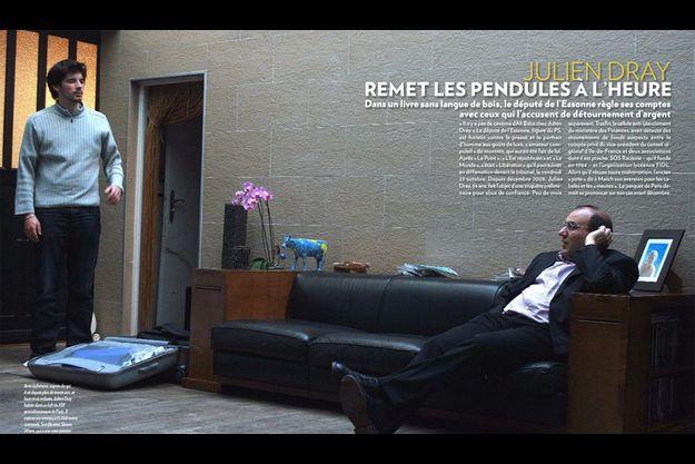 Avec sa femme, auprès de qui il vit depuis plus de trente ans, et leurs trois enfants, Julien Dray habite dans un loft du XIXe arrondisssement de Paris. Il estime ses revenus à 15 000 euros mensuels. Son fils aîné, Simon, 20 ans, qui a une vraie passion pour les très gros tracteurs, veut devenir ingénieur agronome.
