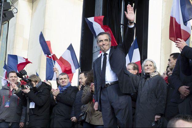 François Fillon et sa femme au grand rassemblement de soutien du candidat, au Trocadéro, le 5 mars 2017.
