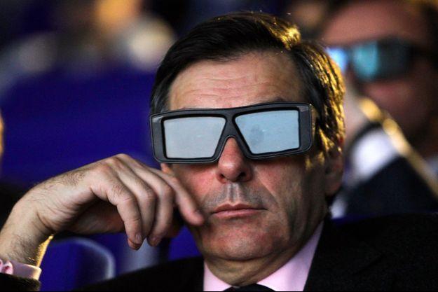 François Fillon en janvier 2010. Le Premier ministre porte des lunettes 3D lors d'une présentation chez Dassault Systèmes.