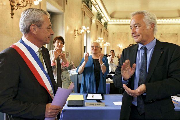 François Rebsamen applaudit Alain Millot, son ancien premier adjoint et désormais maire de Dijon.