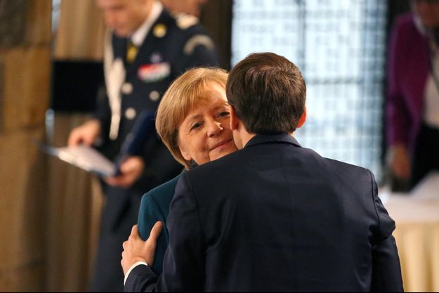 Emmanuel Macron fait la bise à Angela Merkel à Aix-La-Chapelle avant la signature du traité franco-allemand.