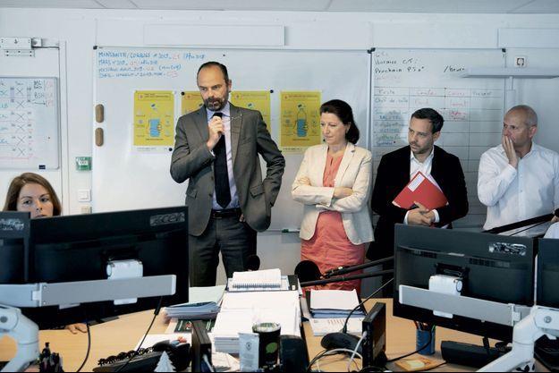 Agnès Buzyn entourée du Premier ministre, Edouard Philippe, et du secrétaire d'Etat Adrien Taquet, au sein de la cellule de crise mise en place pour faire face à la canicule, le 28 juin.