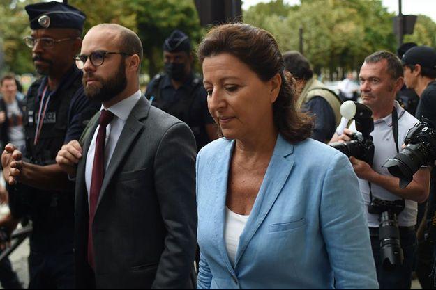 Agnès Buzyn à son arrivée à la Cour de justice de la République, vendredi matin.