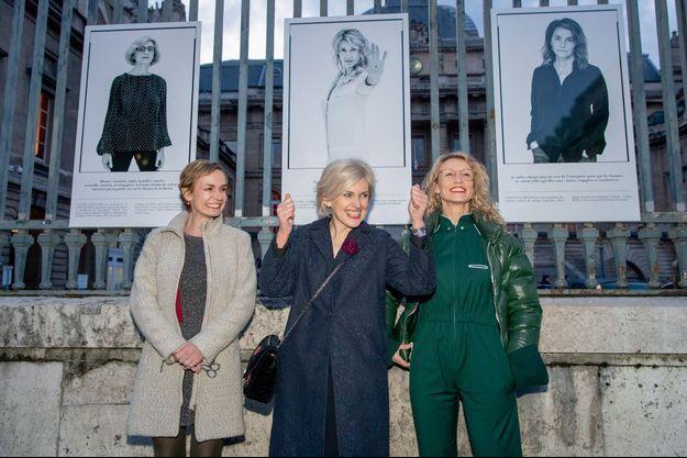 Sandrine Bonnaire, la magistrate Isabelle Rome et Alexandra Lamy le 6 mars à l'inauguration de « Libres et égales », 28 portraits de Sylvia Galmot exposés sur les grilles du Palais de justice, à Paris.