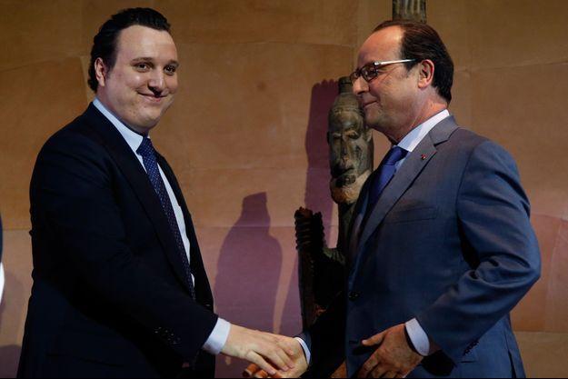 François Hollande félicite le petit-fils de Jacques Chirac, Martin Rey-Chirac, après son discours.