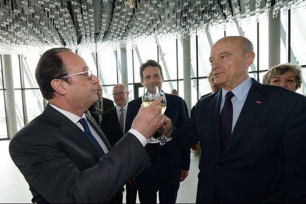 François Hollande et Alain Juppé trinquent mardi à la Cité du Vin, à Bordeaux.