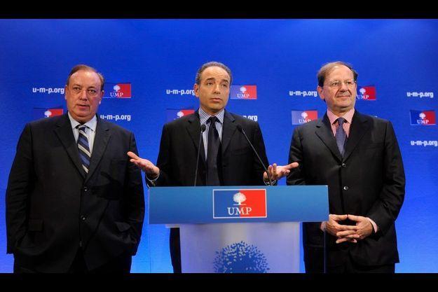 Jean-François Copé, entouré de Marc-Philippe Daubresse (G) et Hervé Novelli (D), a lancé lundi la riposte de l'UMP.