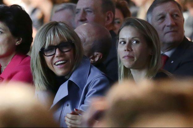 Brigitte Macron et sa fille Tiphaine, samedi au meeting parisien d'Emmanuel Macron.