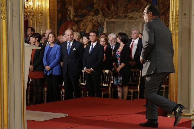 Les ministres se lèvent à l'arrivée de François Hollande, lundi matin, pour sa conférence de presse.