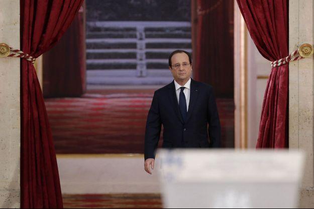 François Hollande arrive pour s'exprimer devant les journalistes.
