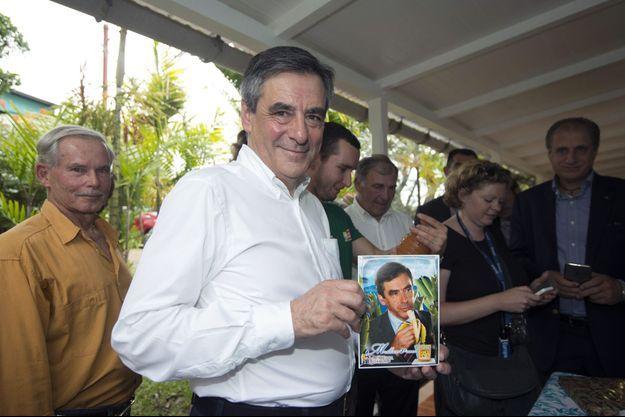 François Fillon à Baillif, en Guadeloupe, mardi, lors d'une visite dans une plantation de bananes.
