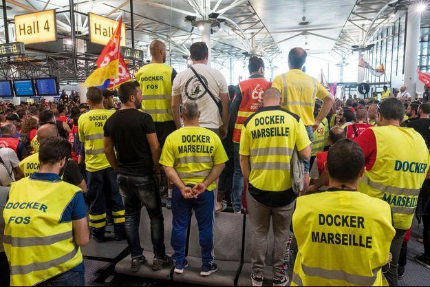 Le 27 mai. A Marignane, les dockers en grève du port de Marseille et des raffineries de Fos et de Lavéra bloquent 20 % des approvisionnements français.