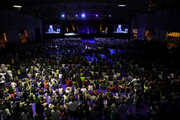 A La Réunion, le 18 avril, lors d'une retransmission holographique du meeting de Jean-Luc Mélenchon.