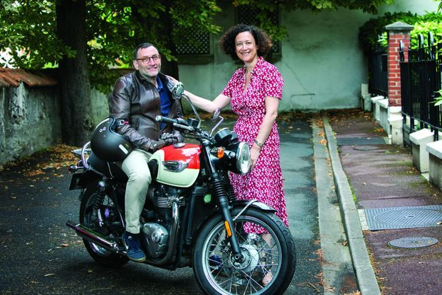 Devant leur maison, le dimanche 26 juillet. Mathias se déplace à moto. Lorsqu'ils se baladent, Emmanuelle monte derrière lui.