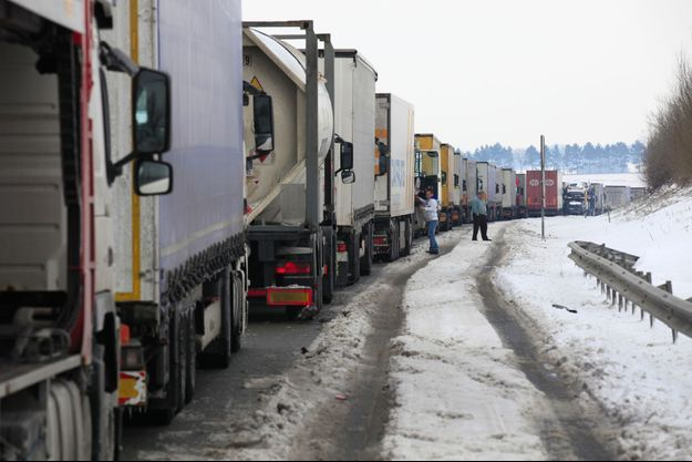 Camions bloqués sur l'autoroute A2, le 13 mars 2013.