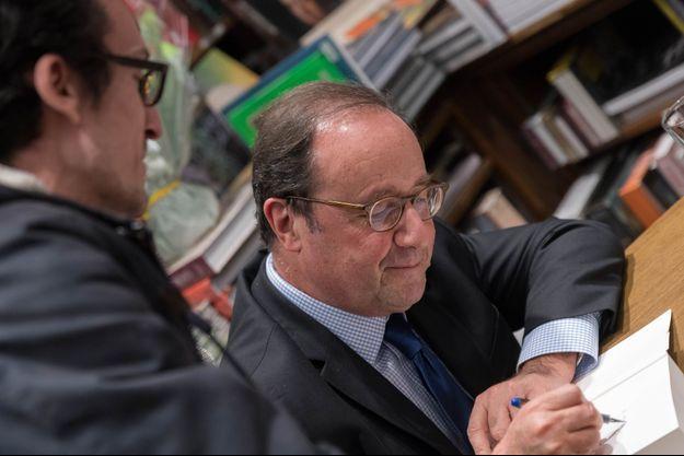 François Hollande en dédicace à Nantes fin novembre 2018.
