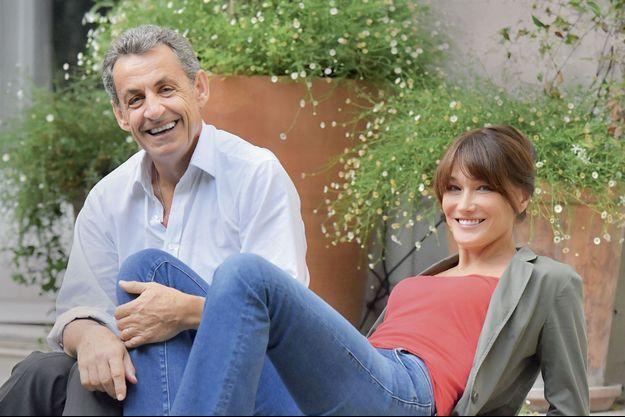 """Dimanche 30 juin, Nicolas Sarkozy avec Carla, celle dont il dit qu'elle est """"la rencontre la plus importante de [sa] vie"""". Chez eux, à Paris."""