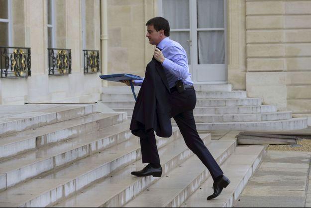 Manuel Valls arrive à l'Elysée lundi.