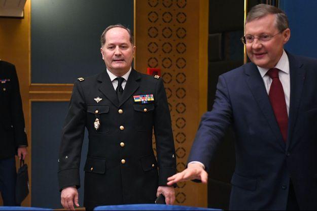 Le général Eric Bio-Farina, commandant militaire de la présidence de la République, et le sénateur Philippe Bas, au Sénat mercredi.