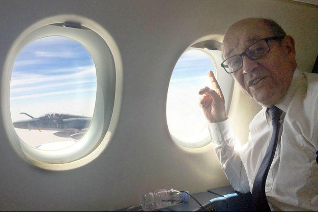 Jean-Yves Le Drian dans l'avion qui l'amène du Mali au Niger le 25 février 2017
