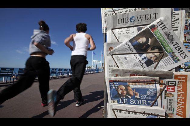 Des journaux étrangers au lendemain du premier tour, dans un kiosque à Nice.