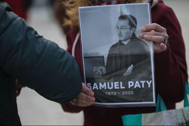Samuel Paty, professeur d'histoire, a été tué en pleine rue, décapité, à Conflans-Sainte-Honorine par un terroriste lui reprochant d'avoir montré en classe des caricatures de Mahomet lors d'un cours.
