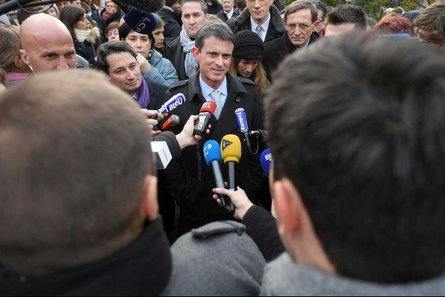 Manuel Valls face aux journalistes après qu'il a été enfariné le 22 décembre à Strasbourg.