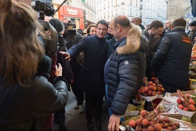 Manuel Valls le week-end dernier dans les rues de Paris.