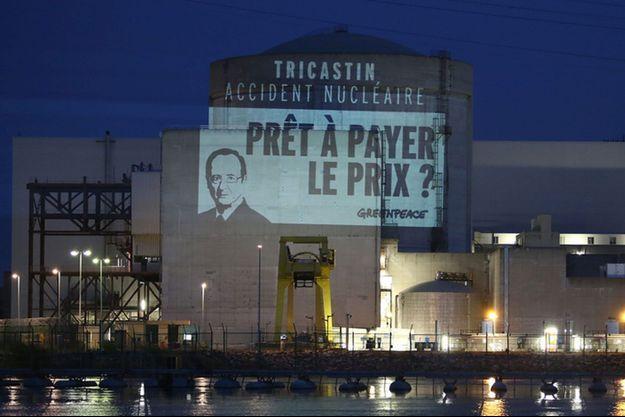 Les militants de Greenpeace ont pu s'introduidre dans la centrale du Tricastin. Ils ont projeté des messages et installé des banderoles sur les murs de l'installation.