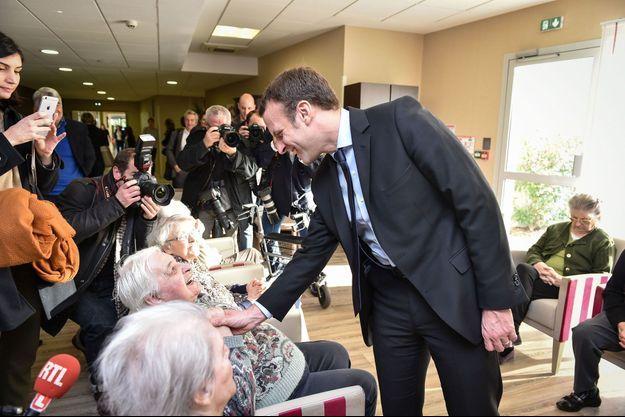 Emmanuel Macron en déplacement dans une maison de retraite de Talence, en Gironde, le 13 décembre.