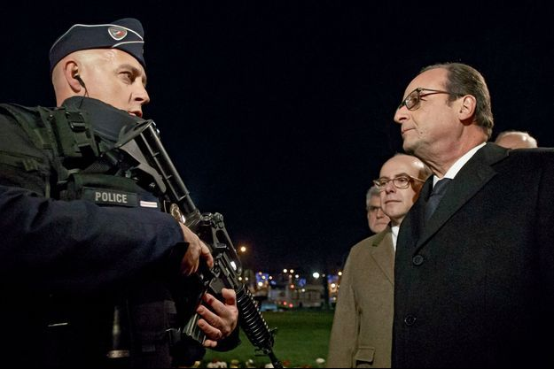 François Hollande et le ministre de l'Intérieur, Bernard Cazeneuve, rendent visite aux forces de sécurité déployées sur les Champs-Elysées à Paris pour la Saint-Sylvestre.