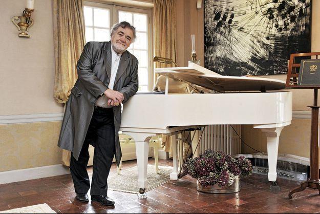 Le chanteur à la carrière internationale juge que son élève Emmanuel Macron a « gagné en maîtrise ». Ici chez lui, dans l'Eure-et-Loir.