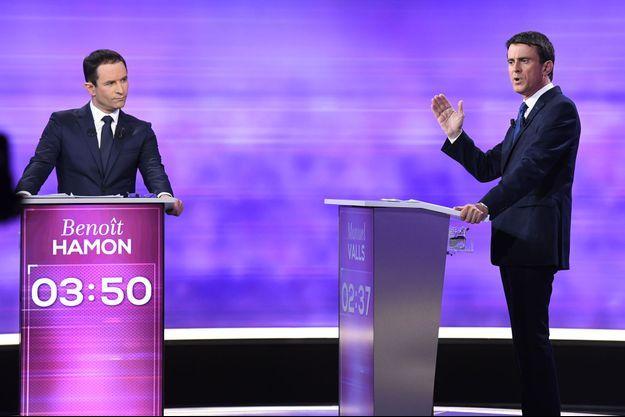 Benoît Hamon et Manuel Valls mercredi soir durant le débat de la primaire de la gauche.