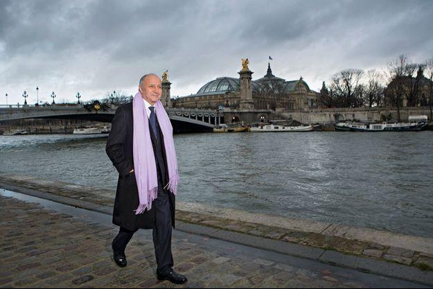 Le 16 janvier, à la sortie d'un déjeuner avec le président de la République, le ministre rentre à pied au Quai d'Orsay.
