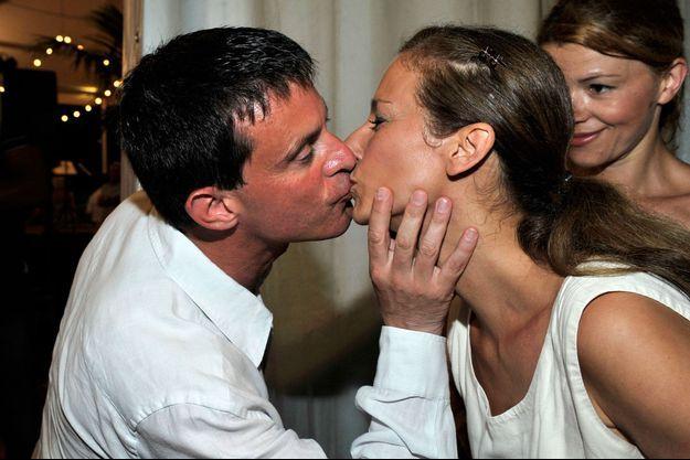 La photo du baiser de Manuel Valls et Anne Gravoin a été publiée en exclusivité dans Paris Match, le 8 août 2013.