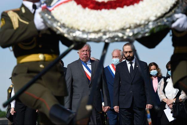 Gérard Larcher et, à sa gauche, le président de l'Assemblée nationale arménienne Ararat Mirzoyan au Mémorial du génocide arménien, à Erevan, le 24 avril.