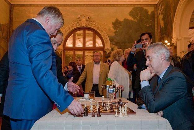 Mercredi, Manuel Aeschlimann, à droite, arrache une partie nulle à Anatoli Karpov, à gauche.