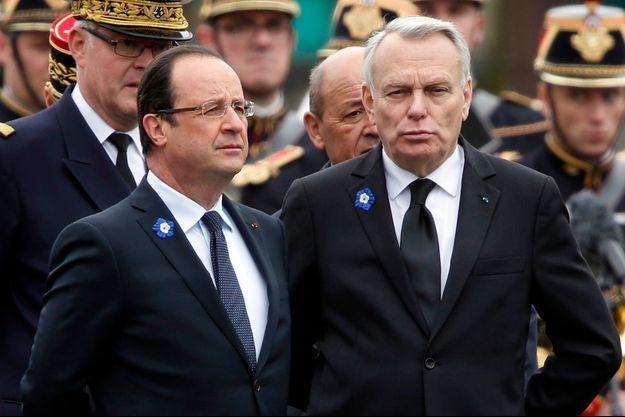 François Hollande et Jean-Marc Ayrault à Paris pendant les cérémonies du 8 mai.