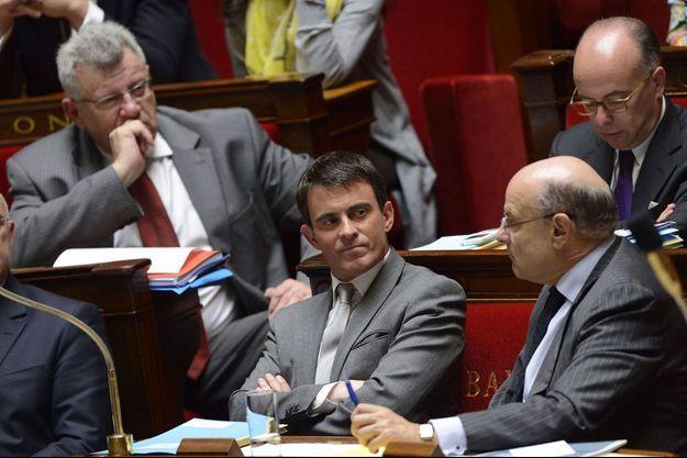 Manuel Valls et, à sa gauche, le secrétaire d'Etat au Budget, Christian Eckert.