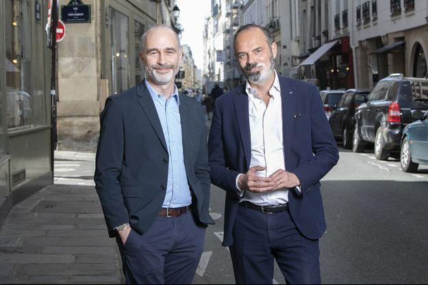 Gilles Boyer et Edouard Philippe, à Paris le 31 mars, dans la rue de leur éditeur JC Lattès.