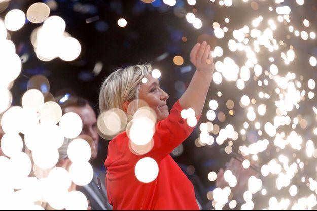 Feux d'artifices autour de Marine Le Pen, le 11 mars, lors d'un meeting à Châteauroux.