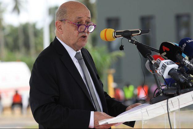 Jean-Yves Le Drian à Jacqueville, en Côte d'Ivoire.