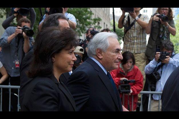 Dominique Strauss-Kahn et sa femme Anne Sinclair, au sortir du tribunal de New York