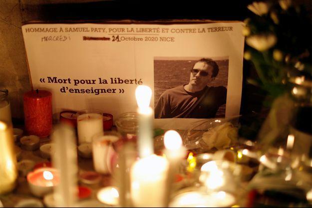 Des bougies installés à Nice en hommage à Samuel Paty.